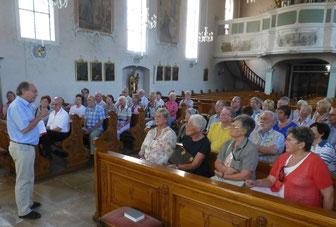 Dekan Fischer erklärt die Barock- und Wallfahrtskirche St. Ulrich bei Bollschweil