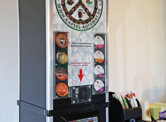 Kaffeekapsel-Automat, der mit einer normelen Kaffeemaschine mit Kapselsystem kombiniert wird.