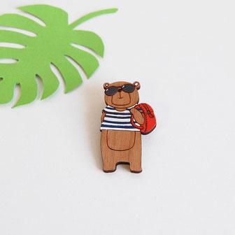 bijoux en bois, broche, pin's tendance à porter pour apporter de l'originalité à une tenue classique, réalisé en France à la main. ce bijoux avec système d'attache sécurisé est en forme d'ours portant une marinière, des lunettes de soleil et un sac rouge