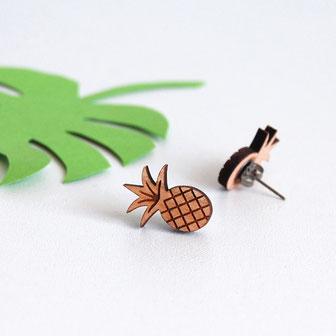 boucle d'oreille pour oreilles percées en bois et attaches fixations en titane métal anti-allergènes hypoallergénique, bijoux en bois puce réalisée à la main en France, en forme de fruit exotique tropical ananas