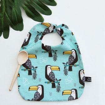 Bavoir pour bébé, grand bavoir pour enfant repas avec des toucans mignons endormis, esprit tropical et kawaii. nid d'abeille rétro au verso. création française, fait main en France