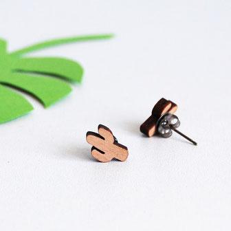 boucle d'oreille pour oreilles percées en bois et attaches fixations en titane métal anti-allergènes hypoallergénique, bijoux en bois puce réalisée à la main en France, en forme de cactus