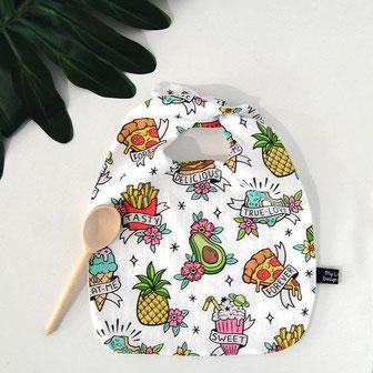 bavoir bébé pour le repas. accessoire de puériculture. tissu de designer motifs nourriure, junk food, hamburger, glace, ananas, frites, pop corn, pizza