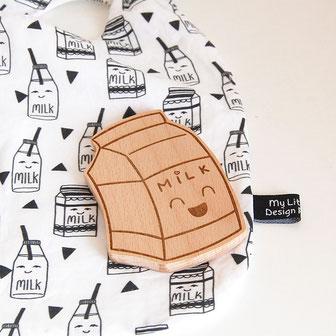 forme en bois à machouiller en forme de brique bouteille de lait, milk. anneau dentition en bois original et unique crée en France. forme à mâcher en bois naturel écolochic éco responsable, scandinave, pour soulager apaiser bébé des poussées dentaire.