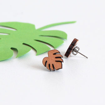 boucle d'oreille pour oreilles percées en bois et attaches fixations en titane métal anti-allergènes hypoallergénique, bijoux en bois puce réalisée à la main en France, en forme de grande feuille tropical exotique, monstera