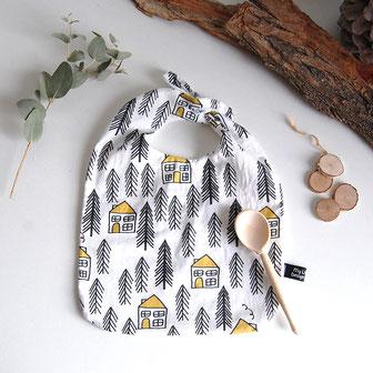 bavoir bébé pour le repas. accessoire de puériculture. tissu de designer motifs forêt
