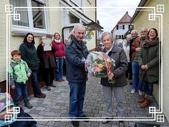 Gute Laune beim 75.. Vorsitzender Klein überreicht Brigitte Toth den Geburtstagstrauß.