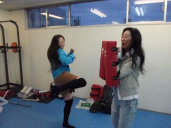 ミットを蹴っているのは少林寺拳法をやっていた姉のお友達、ミットを持っているのは姉です(汗)