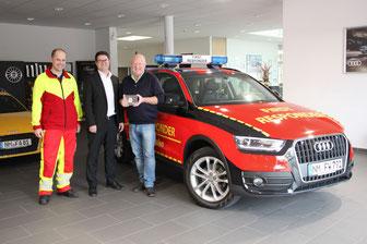 Andreas Aigner (links) und Dr. Josef Brandl (rechts) von den First Respondern Lauterhofen bedanken sich herzlich für die Unterstützung bei Thomas Fischer (Bildmitte).
