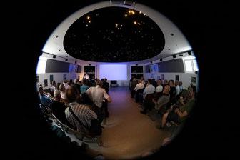 Foto: Nicolas Keckl , Vollbesetzer Vortragssaal in der Sternwarte, selbst im Flur standen noch Zuhörer