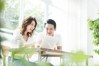 オンラインレッスンは、ご自宅やオフィスからコンピューター経由の接続により、自由にプライベートレッスンと同等の授業を受講して頂けます。