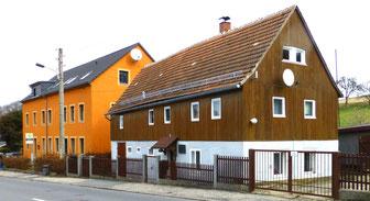 """Links das 1829 erbaute """"Neue"""" Schulhaus für Lotzdorf und Liegau. Rechts das Haus von Bauer Großmann, in dem zeitweise u.a. die von Kügelgens wohnten. (Aufnahme 2017)"""