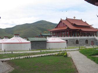 ホテルモンゴル ウランバートル東部、トーラ河畔に2003年完成したばかりの伝統的モンゴル宮殿風のホテル