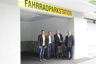 Wirtschaftshof-Leiter Jürgen Stundner, Georg Wölfl (Liegenschaftsamt), Bgm. Dr. Reinhard Resch und Verkehrsstadtrat Alfred Scheichel begutachten die neue Fahrradparkstation beim Stadtpark. © Stadt Krems