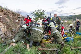 Mit vereinten Kräften konnten die Einsatzkräfte die eingeklemmte Person bergen. Foto: Manfred Wimmer.