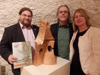 Foto v.l.n.r.: Bildungsgemeinderat Mag. Klaus Bergmaier, Künstler Marco Wikkerink, Galeristin Monika Seyrl. Foto: zVg