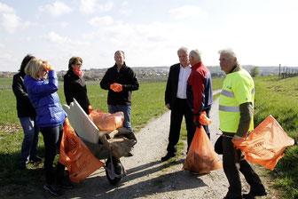 Freiwillige beteiligten sich am großen Saubermachen in der Stadt, hier der Kleingartenverein Gneixendorf mit Bgm. Dr. Reinhard Resch. Foto: Stadt Krems.