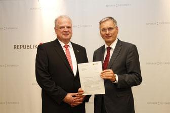 Die Regierungsklausur in Krems zog Bürgermeister Dr. Reinhard Resch heran, um Bundesminister Dr. Alois Stöger eine Petition zu übergeben. Foto: zVg