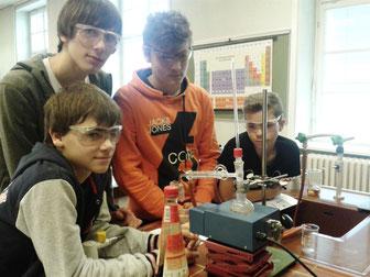 Dieser Chemieunterricht macht sichtlich Spaß: Die Schüler des BRG Ringstraße sind mit Eifer bei der Wasseruntersuchung. Die Anschaffung der notwendigen Lehrmaterialien hat das Wasserwerk der Stadt Krems finanziell unterstützt. Foto: zVg