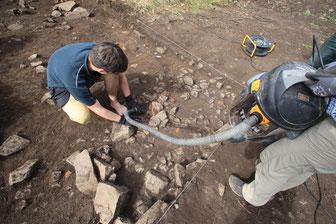 Grabungsschnitt reinigen - Erlebnis Archäologie