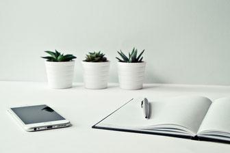Smartphone, Notizbuch, Pflanzen
