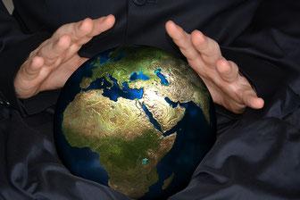 Wahrsagerin mit Weltkugel