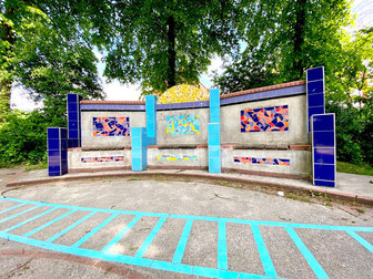 """""""Kunst und Spiel mit Fliesen"""" - das titellose Kunstwerk von Ulrike Möhle-Wieneke steht in Bremen-Kattenesch, Bremen Obervieland (Foto: 03-2020, Jens Schmidt)"""