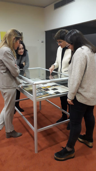 Teresa Vallès explicant l'aparador dedicat a Carlos Pujol