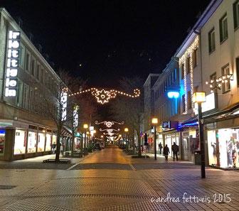 Weihnachtlich geschmückte Einkaufsstraße