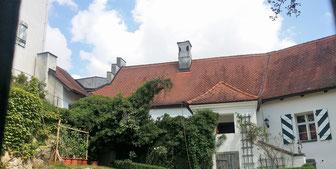 Schloss Stefling, InnenhofHinter dem Zugangstor erstreckt sich in Nord-Süd-Richtung der beschauliche Burghof. Am Nordende steht der unter der Familie von Münster um 1656 errichtete, dreigeschossige und in der Mitte des 18.Jhs. barockisierte Schlossbau mit