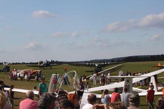 Großer Besucherandrang und interessierte Gäste beim Nostalgischen Flieger-Picknick (Foto: Heinz Häge)