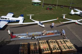 Letzte Vorbereitungen für das Flugplatzfest. (Foto: H.G. Hamann)