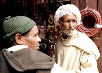 ein stolzer Berber mit weissem Kopftuch vor dem Werkzeug-Laden