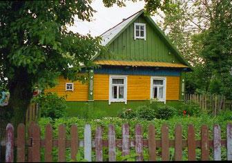 typische Holzblock-Architektur auf dem Lande