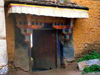 Eingang mit alter Holzverzierung