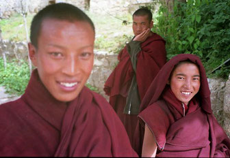 freundliche Novizen im Kloster Sera