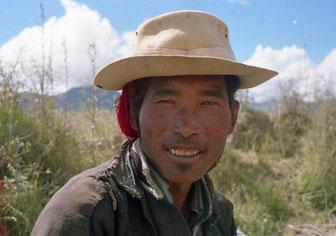 tibetischer Bauer bei der Feldarbeit