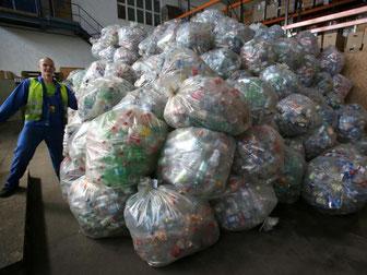 Prall gefüllte Säccke mit Einwegflaschen in einem Leergut-Zählzentrum in Mecklenburg-Vorpommern. Foto: Bernd Wüstneck