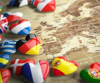 Carte de l'Europe avec drapeaux en forme de coeurs.