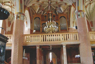 Ehemalige Johanniterkirche, links Mamorkanzel mit Johanniterkreuz