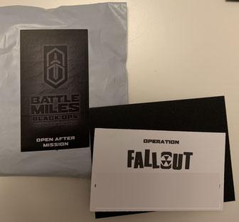 """Visitenkarte mit der Aufgabenstellung der Black Ops Mission im November, im weißen Umschlag stecken die """"Finisher-Items"""""""