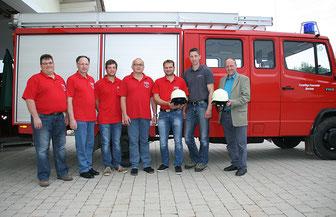 Bei der Übergabe der neuen Vollschalen-Schutzhelme an die Feuerwehr Oberham mit Bürgermeister Ludwig Gschneidner (rechts) und Stefan Tischlinger von der Lieferfirma Tischlinger.