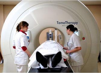 仏北部リール市にあるオスカル・ランブレ・センターで、がんの放射線治療「トモセラピー」を受ける患者(2013年2月6日撮影、資料写真)。