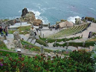 das in den Fels gehauene Minack Theatre an der Küste
