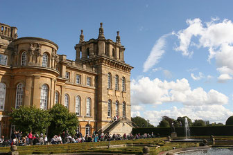Rückseite des Blenheim Palace mit Café