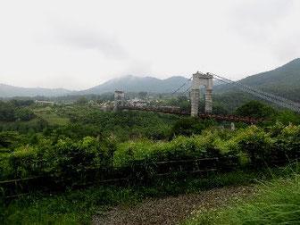 丹沢・大倉の猿のいたつり橋の写真。遠方の山は丹沢。