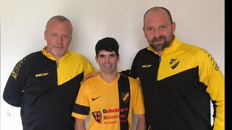 v.l.n.r.: Uwe Redenius (Fußballobann), Bruno Martins und Matthias Voss (Trainer)