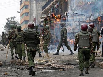 Poliziotti anti sommossa a Mathare, Nairobi. 12 agosto 2017