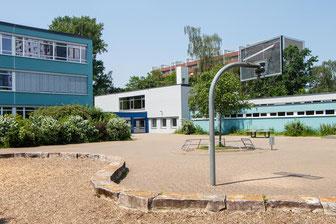 unsere Schule vom Pausenhof aus gesehen