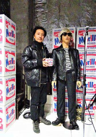 展示会場のウォーホル(森村氏の分身)と一緒にMoriP100 Project第一弾の作品(商品)であるMorilloボックスを手にもって撮影に応じてくれた森村泰昌氏。